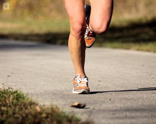 Foto de un runner de cintura para abajo, enfocando a las rodillas - lesiones de rodilla - by Top Doctors